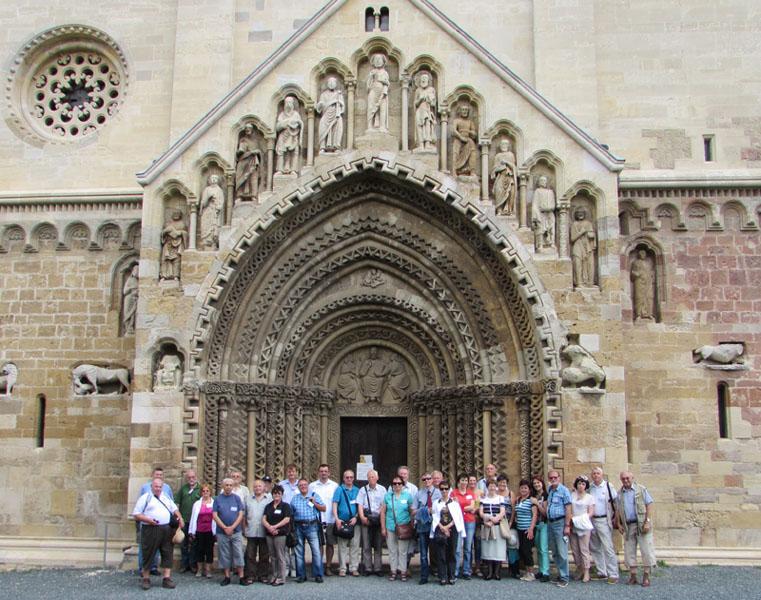 Résztvevők a jáki Szent György templom előtt