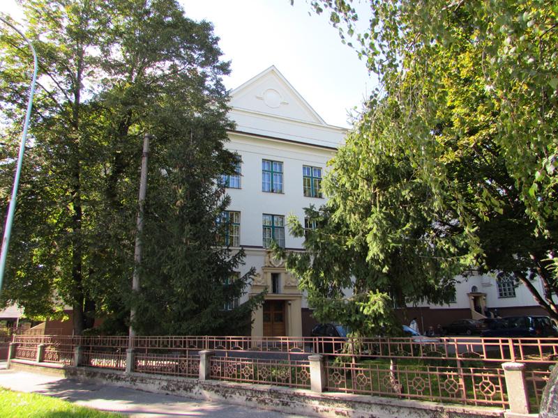 A Czuczor Gergely MTNY Alapiskola főbejárata