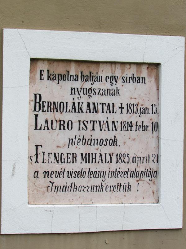 A Szentháromság-kápolnán látható emléktábla