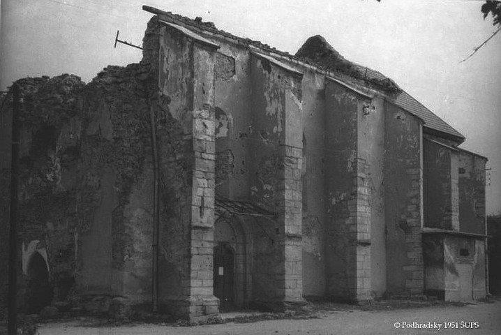 A felrobbantott Szent Jakab templom romjai