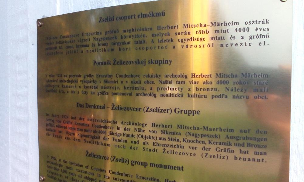 A tábla négynyelvű felirata
