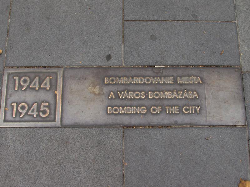 A város története a Fő térre vezető korzón olvasható