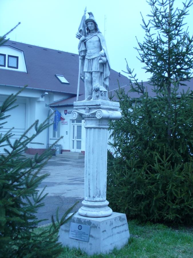 Szent Flórián szobra a tűzoltóság udvarában