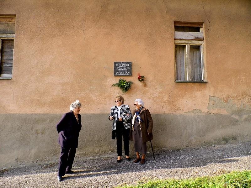 Pósa Éva és Tamás Ilonka néni Judit lányával Sajó Sándor szülőháza előtt