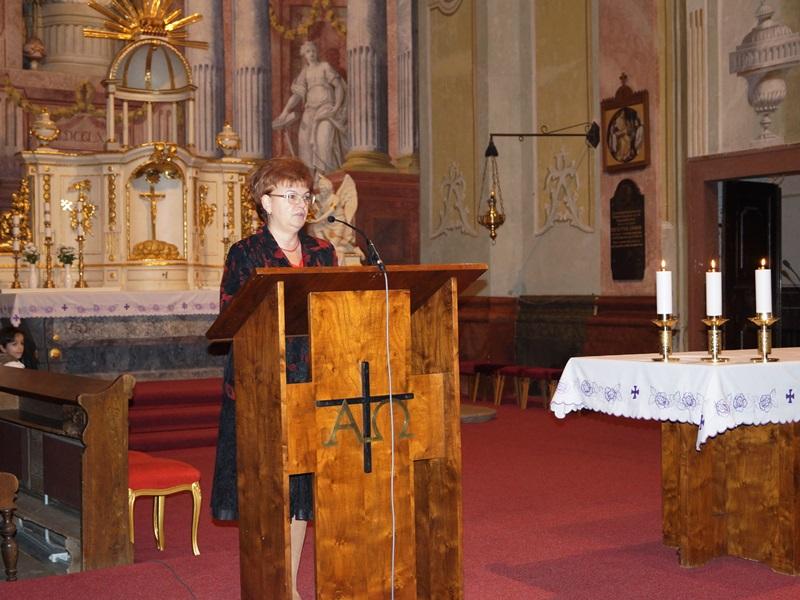 16 Pogány Erzsébet felkéri a vendégeket a koszorúzásra