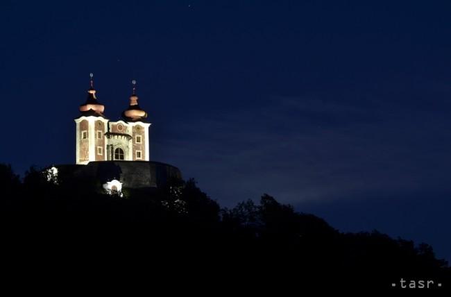A kivilágított felső templom éjjel