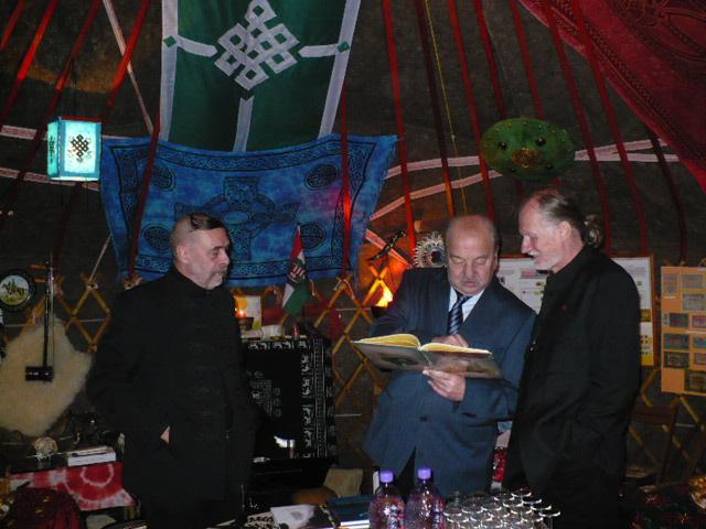 Balról jobbra Kátai Zoltán Kulcsár Ferenc és Csámpai Ottó a Jurta Látványtárban