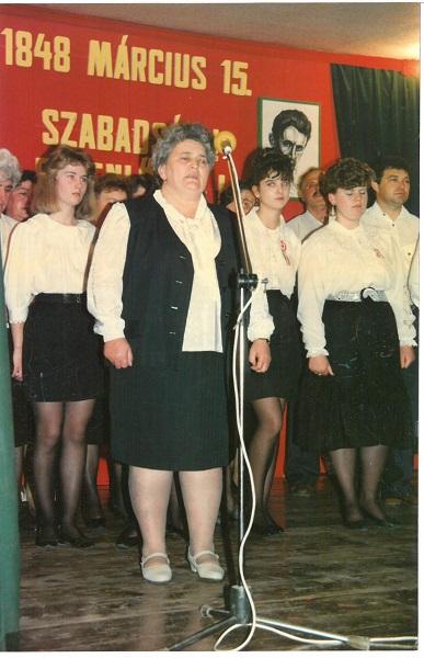 Éva asszony Március 15-ikei helyi ünnepségen Petőfi-verseket szaval