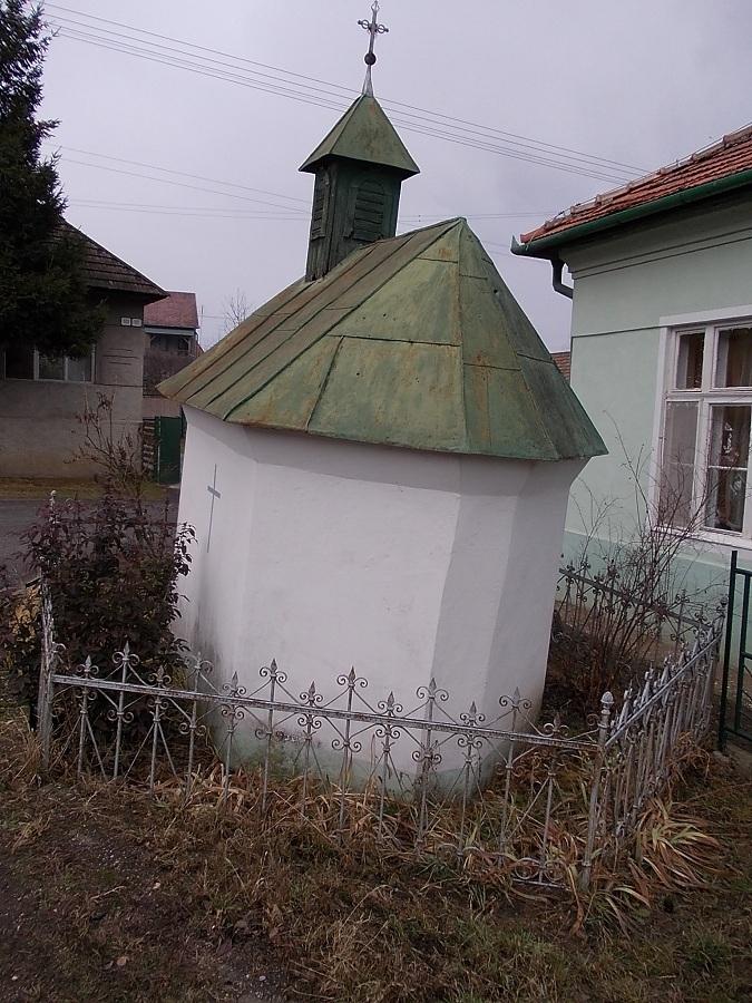 A Juhász-kápolna keleti poliginális oldala. Csáky K. felv