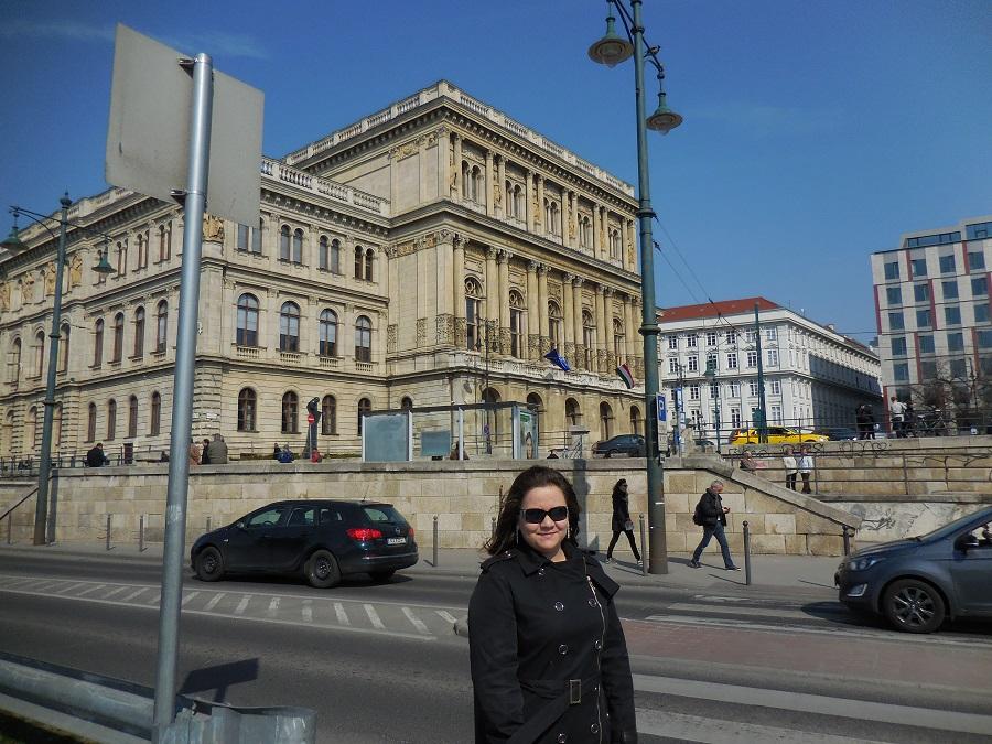 A Magyar Tudományos Akadémia előtt