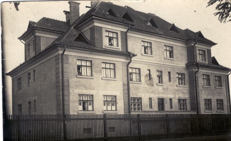 A két háború közt épült csendőrlaktany Nagycsalomján. Archív felv