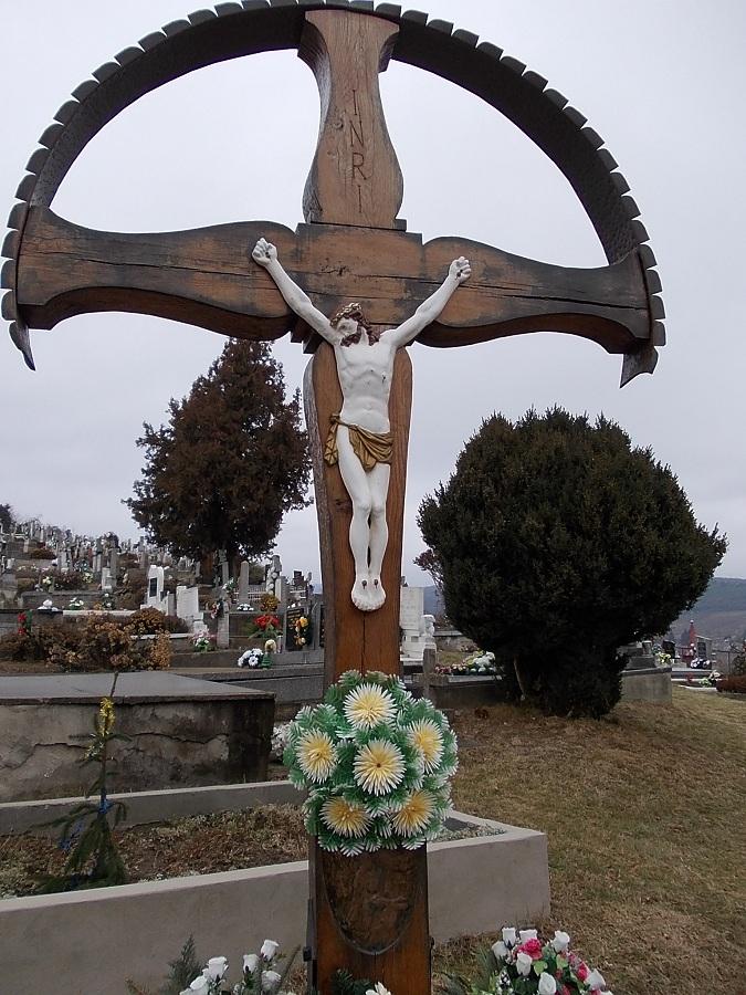 A központi temetőkereszt. Helemba