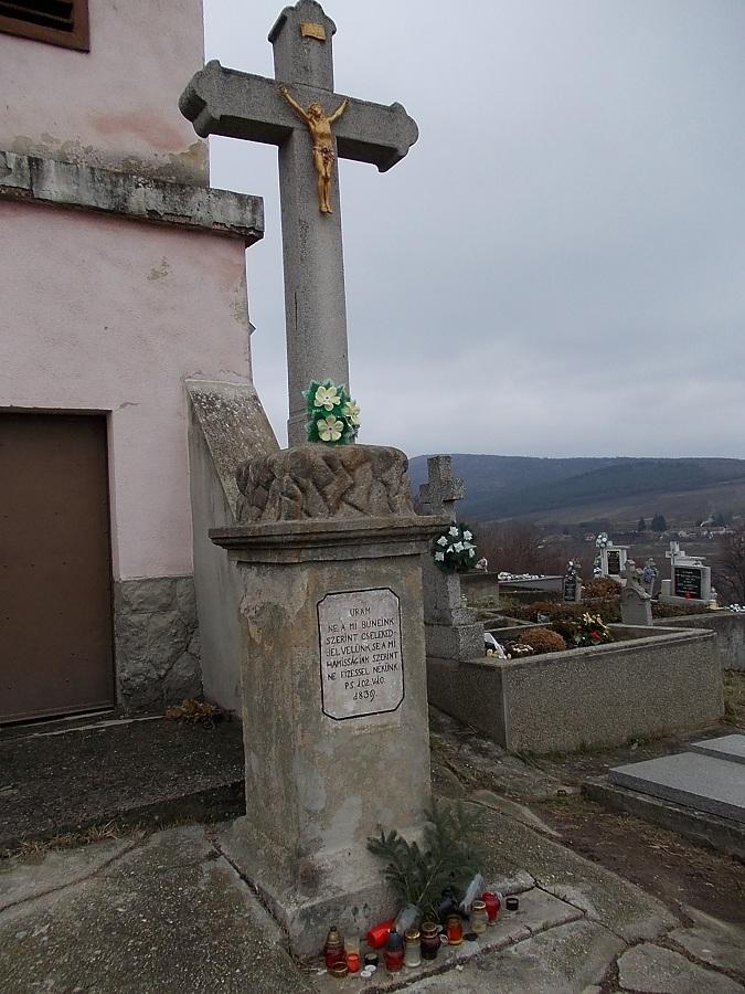 A temetőkápolna előtti kereszt