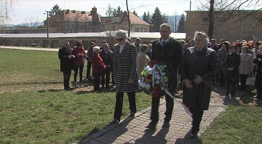 Czabán Samu szobrának megkoszorúzása - az SZMPSZ elnöke és két alelnöke
