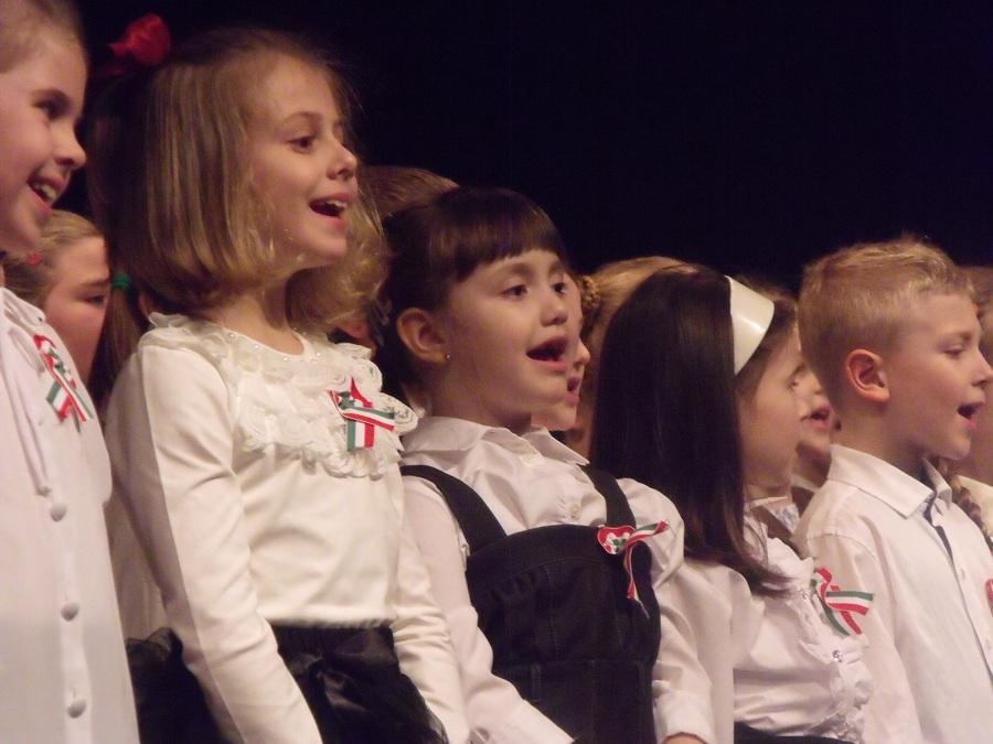 Kicsik nagyok közösen énekelték a himnuszt