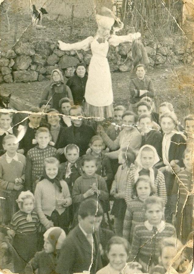 Kisze Kelenyén. 1950-es évek. Lent középen a szerő gyerekként
