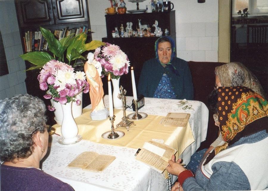 Szt. József-kilencedet imádkozó asszonyok Palást 2005. Csáky Károly felv