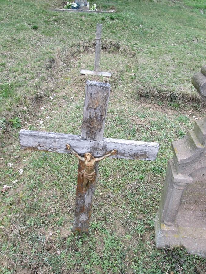 Vaskorpuszos fakereszt az újfalusi temetőben