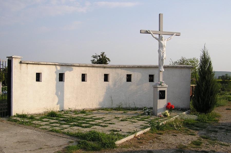 A Kálvária egy része a fehér korpuszos fakereszttel Csáky K felv