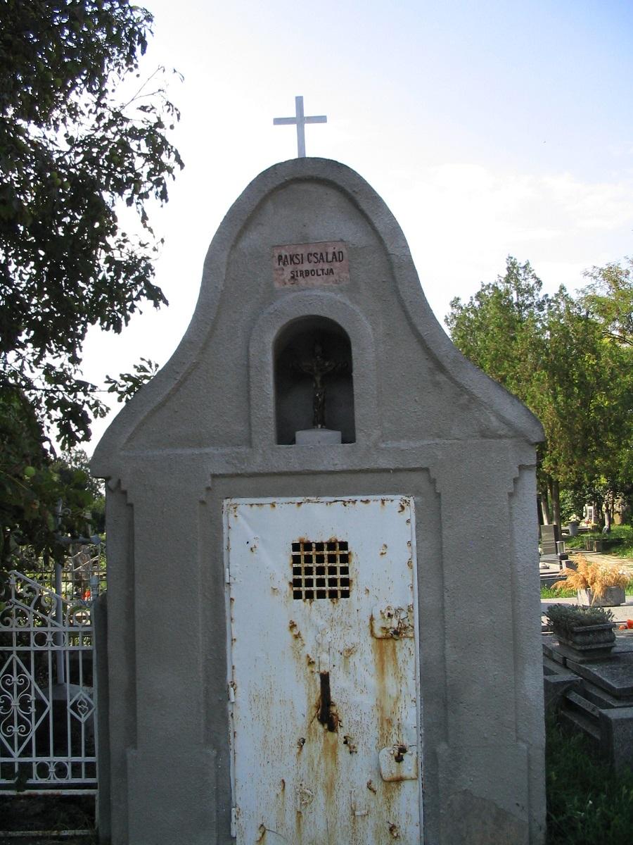 A Paksi család kápolnaszerű kriptája. Csáky Károly felv. 2007