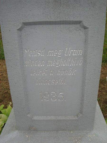 A központi temetőkereszt dedikációja. Csáky K. felv. 1