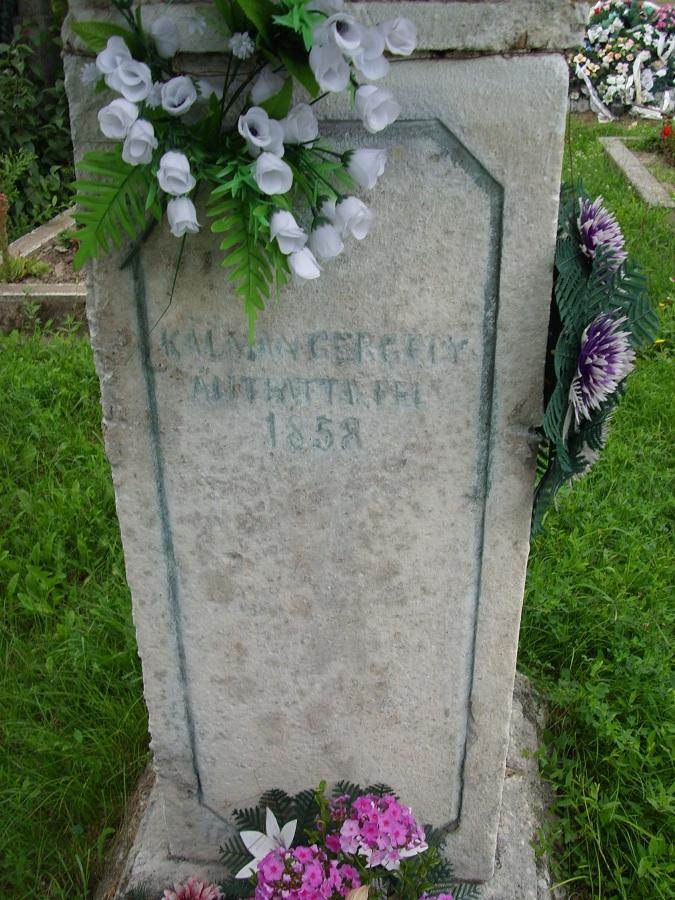 A régi temetőkereszt felirata. Csáky K. felv