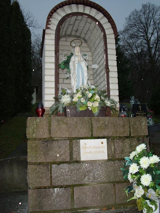 A temető Lourdes-i barlangja. Csáky K. felv