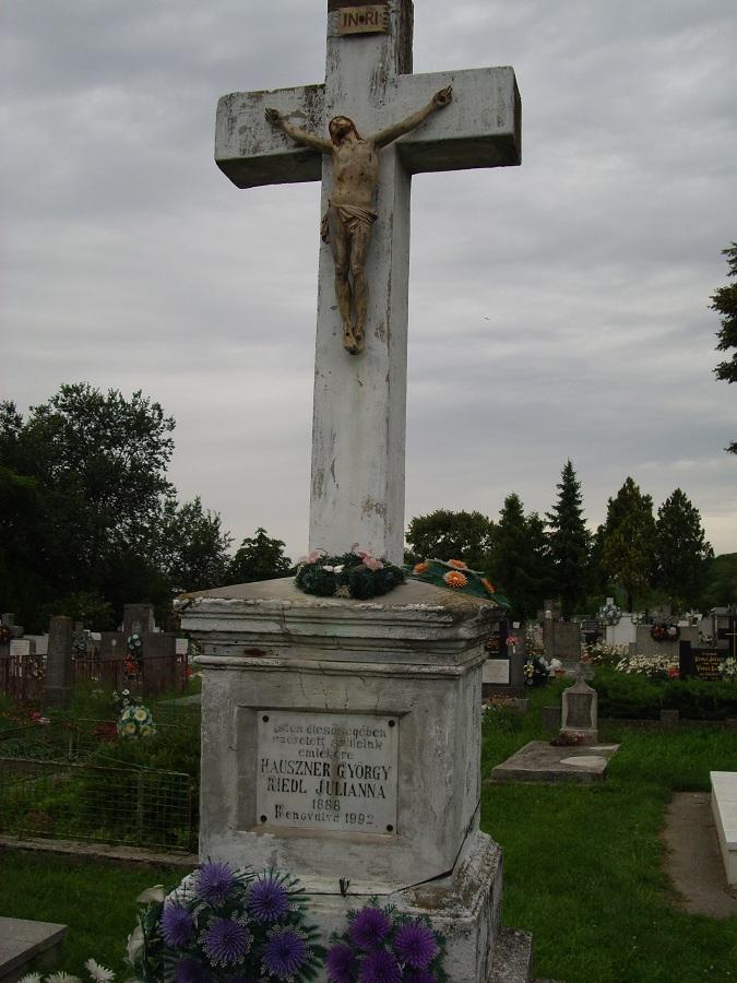 Az újabb temetőkereszt. Csáky K. felv