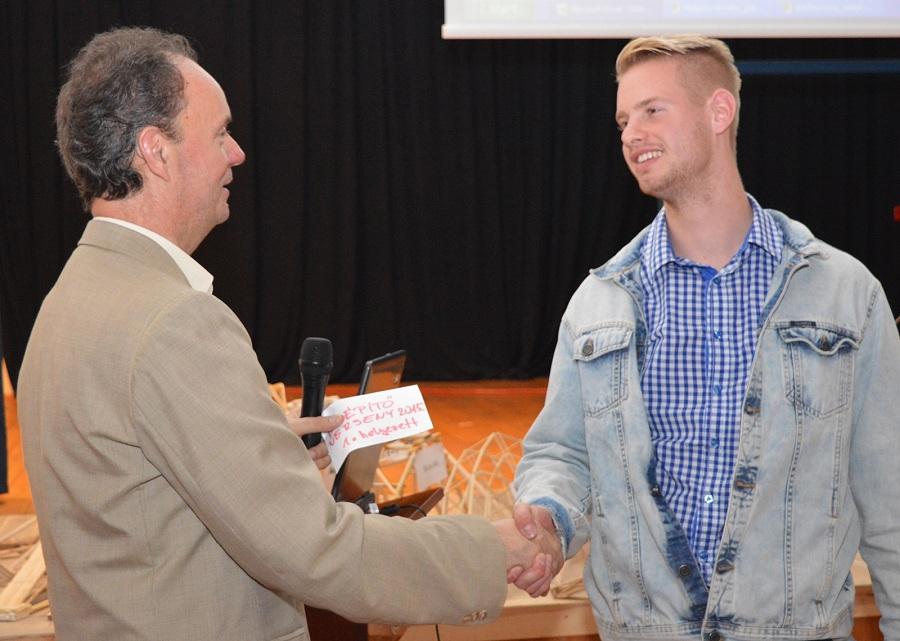 Az idei győztes híd tervezője Kovács Dániel a díj átvételekor