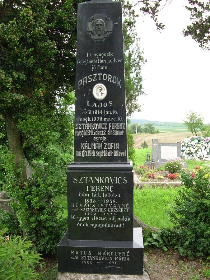 Egy magas márvány obeliszk. Csáky K. felv