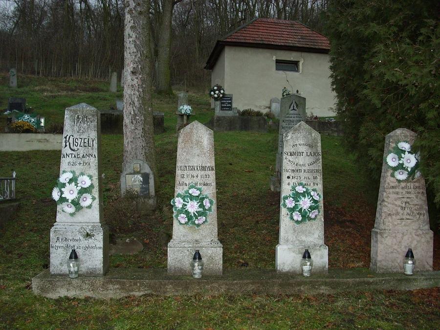 Evangélikus sírjelek a temetőben. Csáky K. felv