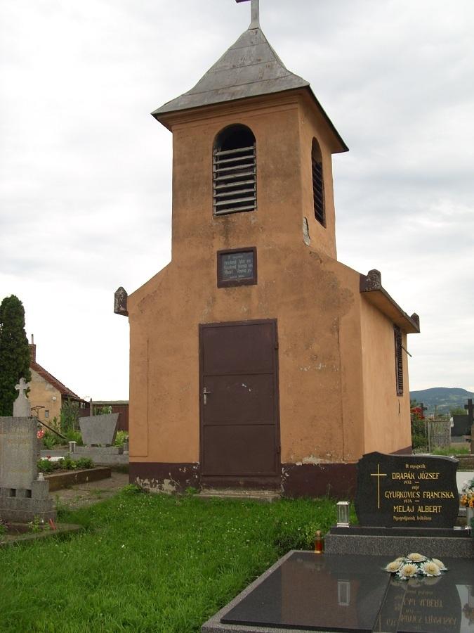Kápolna a garamkövesdi temetőben. Csáky K. felv