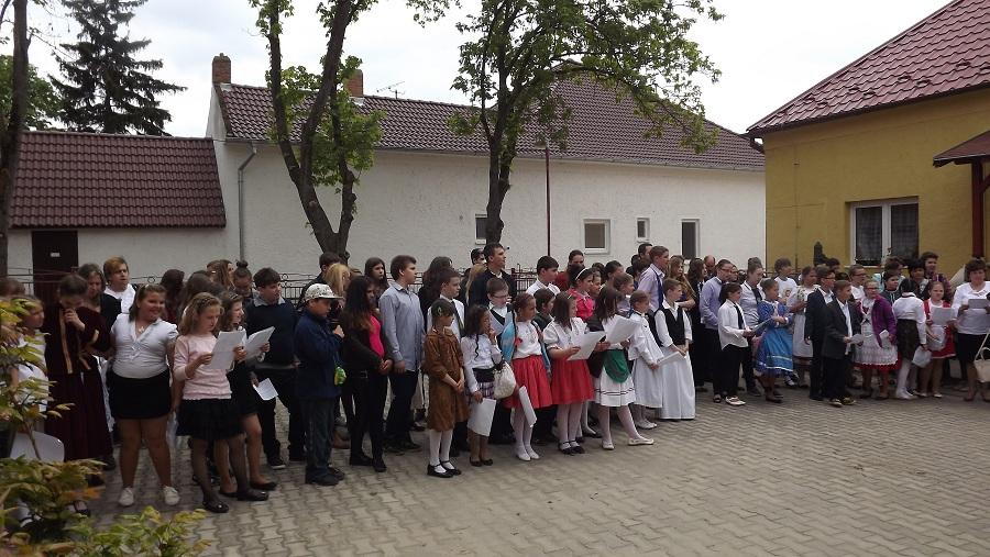 A résztvevő tanulók közös éneklése