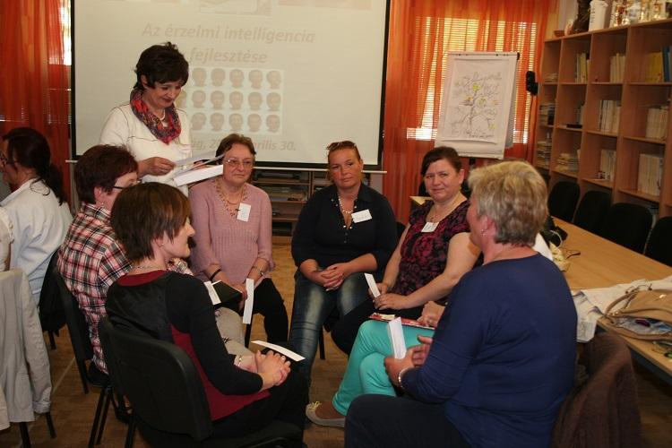 Kaló Gabriella előadó a képzés résztvevői közt