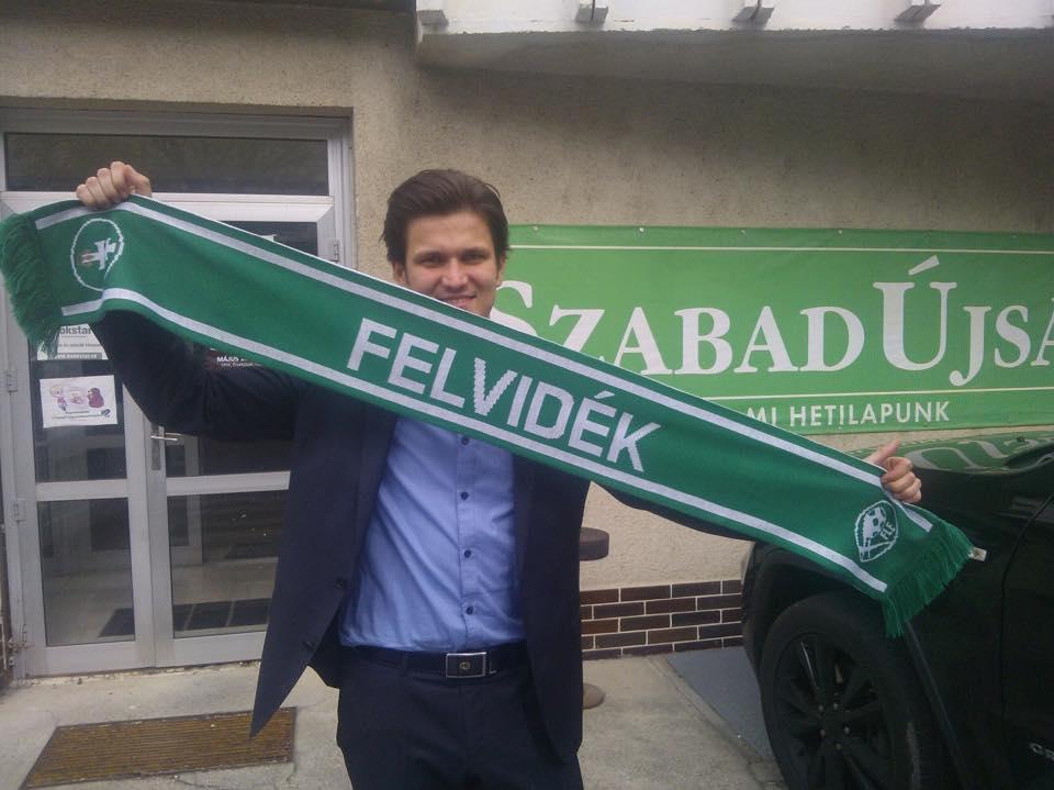 Nagy Dávid FLE alelnöke a meccsen kapható sálat mutatja