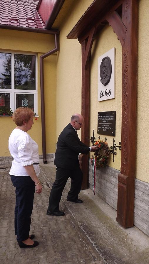 Édes Gergely emléktábla megkoszorúzása- Szász Veronika igazgatónő és Cseh Vilmos igazgató-helyettes