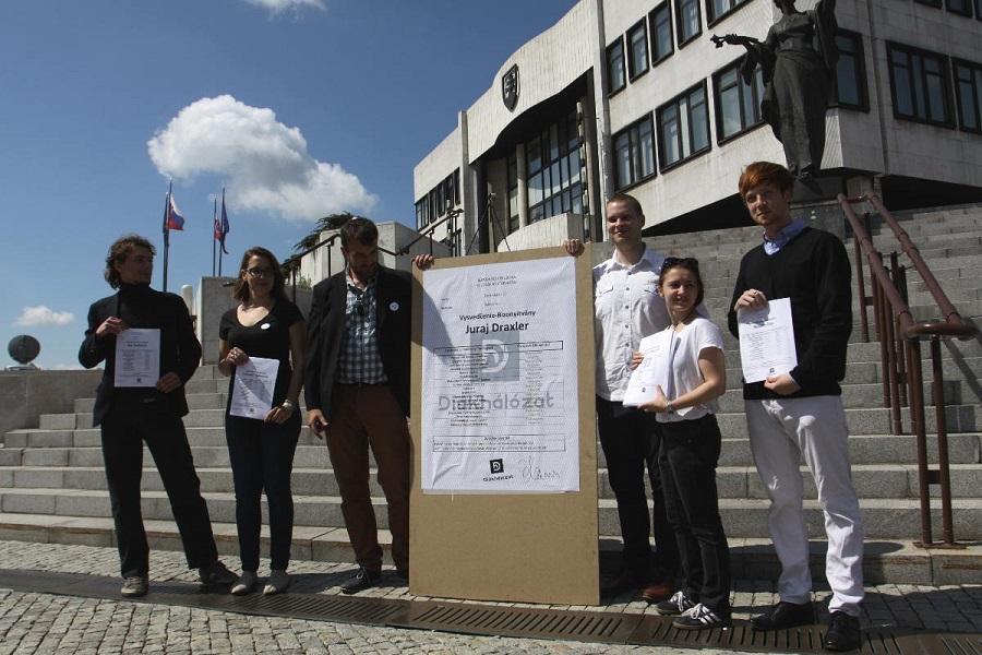 A Diákhálóuaz aktivistái a parlament előtt