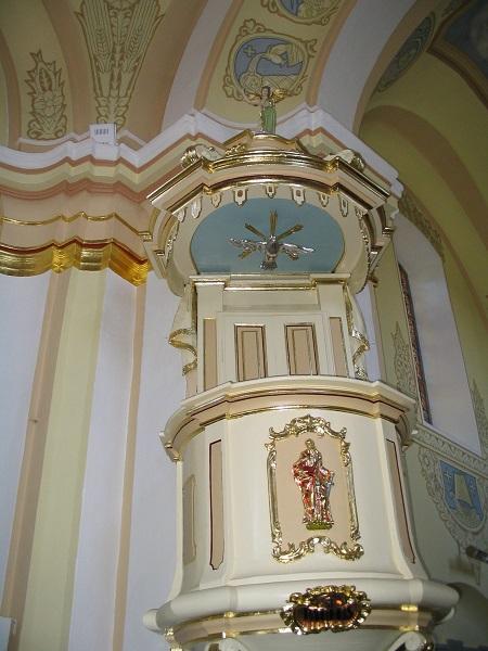 A templom szószékének mellvédjén  Csáky Károly felvételén