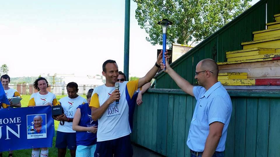 Bátka polgármestere köszönti a futókat