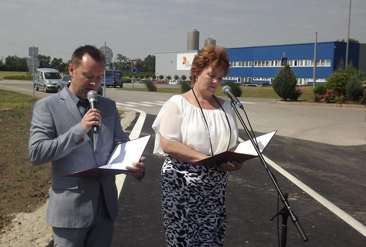 Roland Hulkó a városi hivatal regionális fejlesztési osztályának vezetője és Psenák Ilona köszöntötték a megjelenteket
