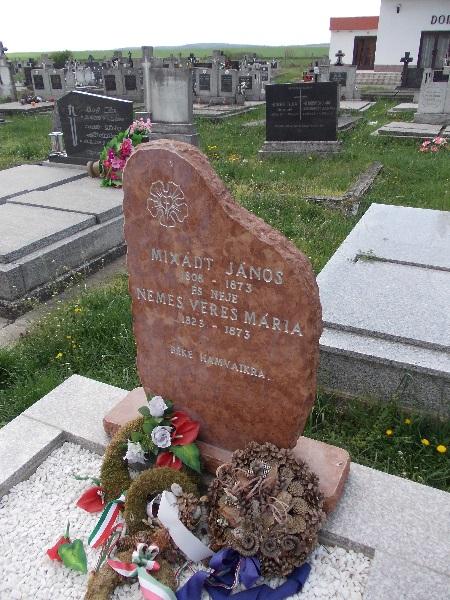A Mikszáth-szülők új sírjele Csáky Károly felvételén