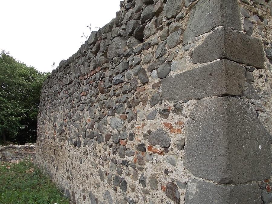 A Pusztatemplom északi falán ak szegletkövei a szerző felvételén