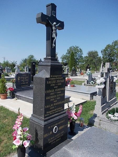 A Sallai család síremléke Csáky Károly felvételén
