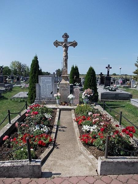 A központi kereszt a Barton elhunyt papok nevével a szerző felvételén