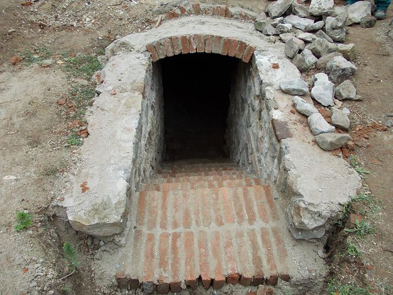 A nagycsalomjai Pusztatemplom kriptájának lejárata Csáky Károly felvételén 1
