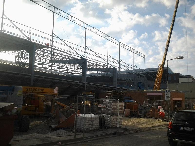 A sportlétesítmény még befejezetlen konstrukciója a Sport utca felől
