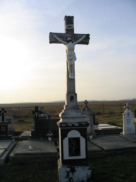 A szklabonyai központi temetőkereszt