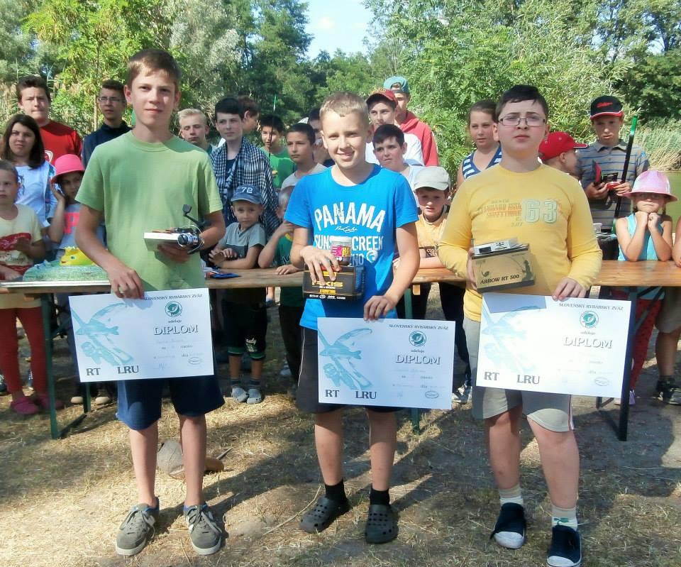 Horgászverseny eredményhirdetése A legeredményesebb versenyző Szabó Adrián  a  kép közepén 2. Danis Balázs jobbra 3. Sánta János balra