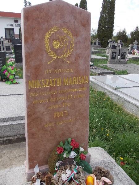 Mikszáth Mariska felújított síremléke Csáky Károly felvételén