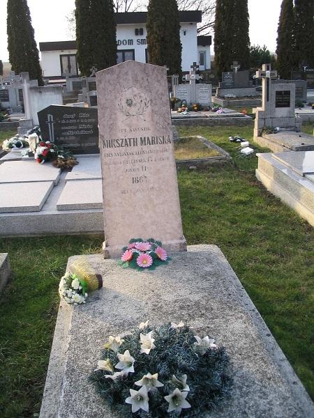 Mikszáth Mariska sírja a felújítás előtt C sáky Károly felvételén